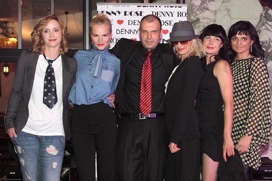 Petr Rychlý s modelkami, manželkou a sestrou.
