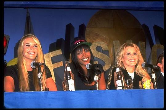 Elle s kolegyněmi Naomi Campbell a Claudií Schiffer v roce 1995.
