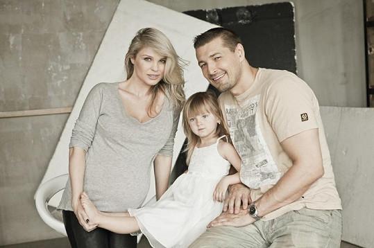 Těhotná Romana Jákl Vítová s dcerou Sofinkou a manželem Petrem Jáklem.