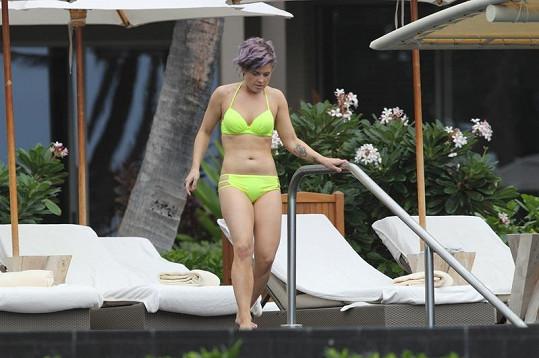 Kelly v neonových bikinkách na Havaji.