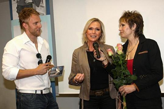 Olina Matušková za doprovodu moderátora Jiřího Chuma pokřtila DVD Heleny Vondráčkové.