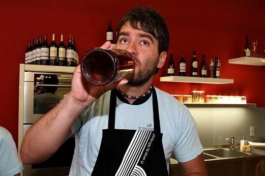Marek Ztracený si na kuráž dal doušek rumu.