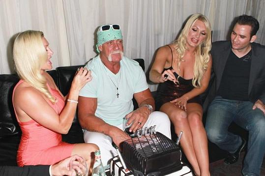 Hulk Hogan na místě rovnou oslavil své narozeniny. Obklopen byl svou dcerou a přítelkyní Jennifer McDaniel (vlevo).