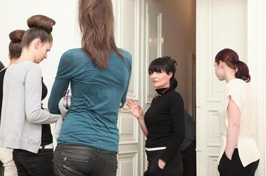 Návrhářka Liběna Rochová prochází před akcí s modelkami choreografii.