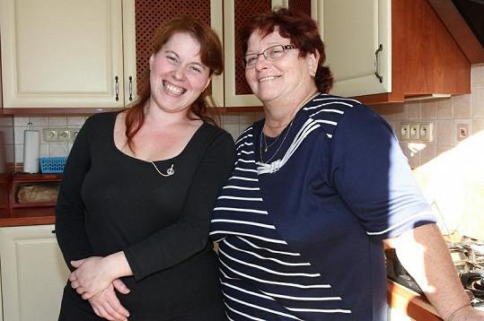 Obě ženy jsou v kuchyni jako doma.