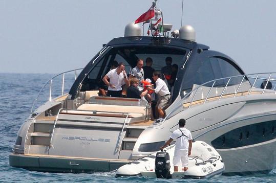 Čtveřice tatínků a jejich tři děti absolvovali plavbu po moři na luxusní jachtě.