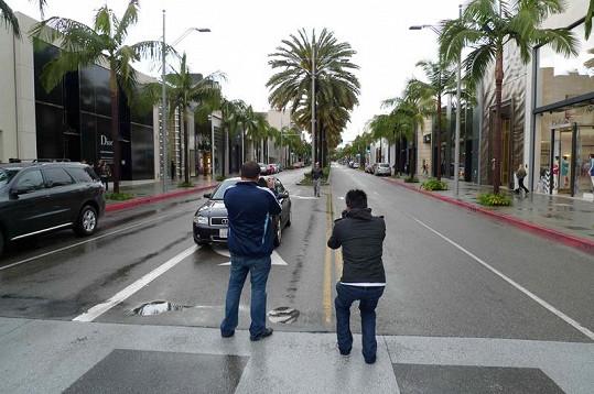 Natáčení na Rodeo Drive v Beverly Hills.