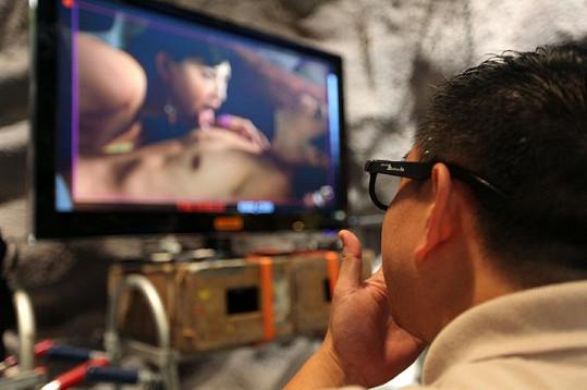 Sledování filmu je s obyčejnými brýlemi rozostřené, se správnými 3D brýlemi jde však vše vidět tak, jako kdyby se erotická scéna odehrávala před vámi.