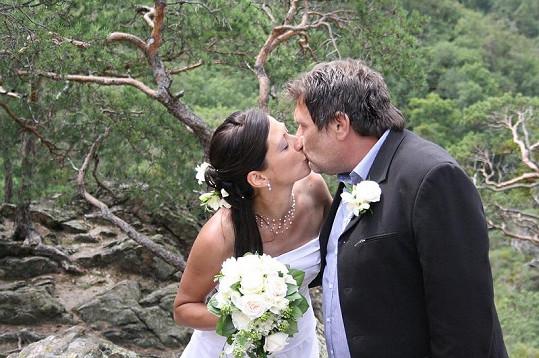 Ta mlaskla! Roman a Lucie při svatebním polibku.