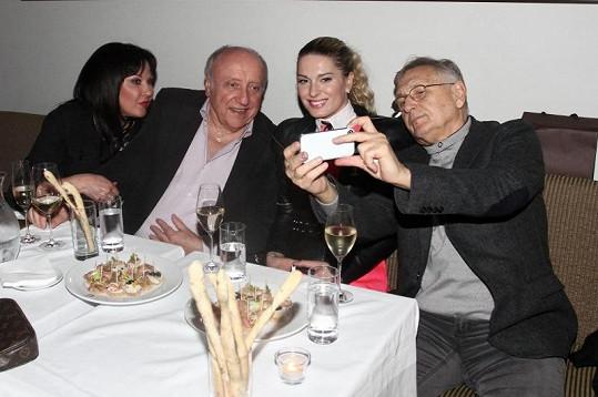 Manželé Menzelovi se bavili s Dádou Patrasovou a Felixem Slováčkem.