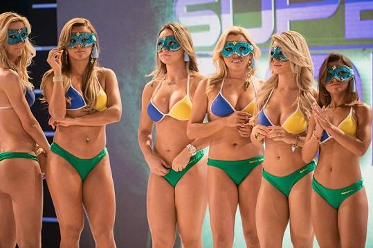 Sličné Brazilky měly na tvářích masky.