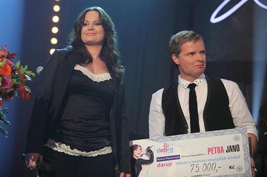Jitka Čvančarová ukázala na koncertě Petry Janů své faldíky.