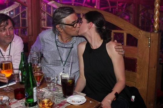 Jiří Bartoška líbal Kláru Issovou na ústa.