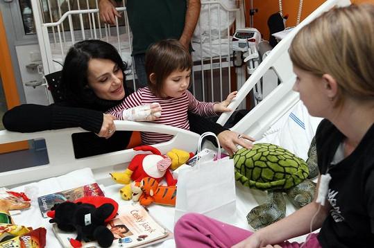 Děti dostaly od herců dárky.