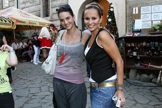 Monika Absolonová s Libuškou Vojtkovou ve volnočasovém oblečení.