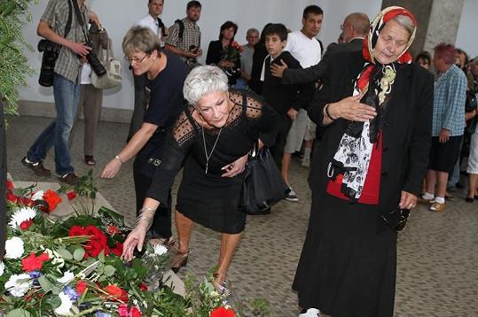 Kamila Moučková pokládá kytici k rakvi své kamarádky.