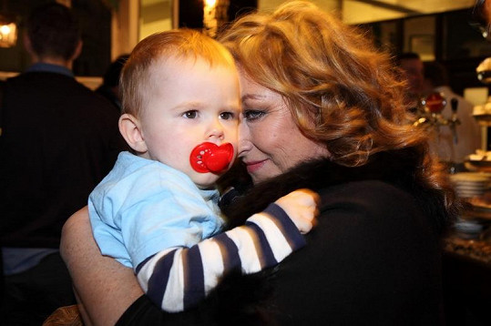 Halina má krásného vnoučka.
