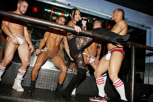 """Tila Tequila zazpívala v newyorském baru svůj song """"You Can Dance""""."""