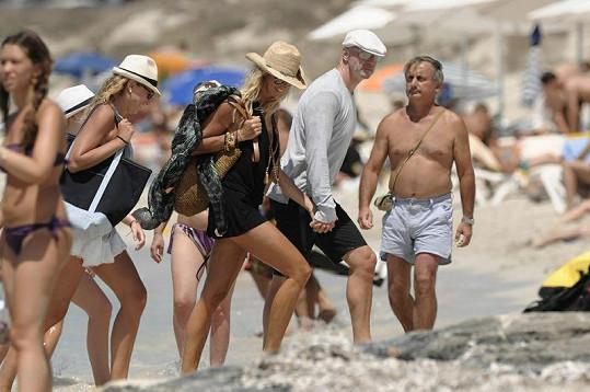 Elle a Roger na společné dovolené na Ibize.