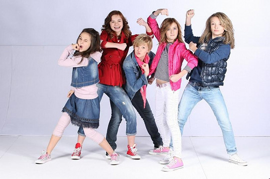 Skupinu tvoří pětice teenagerek.