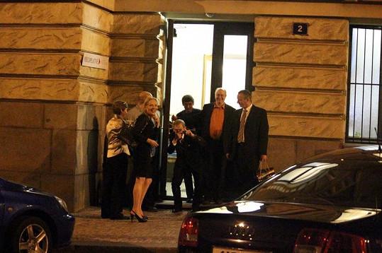 Bývalý prezident Václav Havel má pohyby fotografů dokonale okoukané.