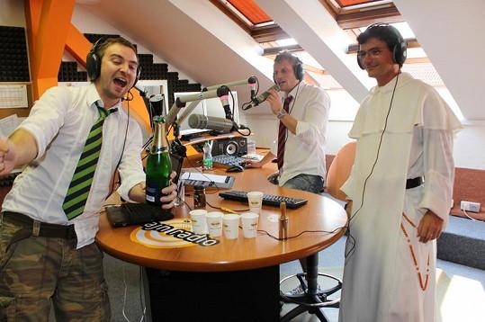 Tomáš Novotný má radost, že se mu povedlo otevřít láhev sektu.