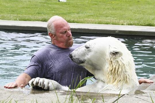 Agee ráda plave. A Mark s ní.
