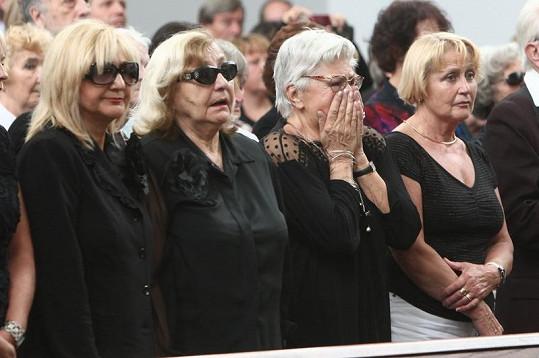 Nával emocí nevydržela ani Kamila Moučková (druhá zprava).