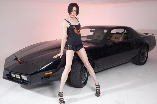 Lisa u repliky auta ze seriálu Knight Rider.