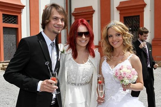 Rudovlasá Ewa s nevěstou a ženichem.