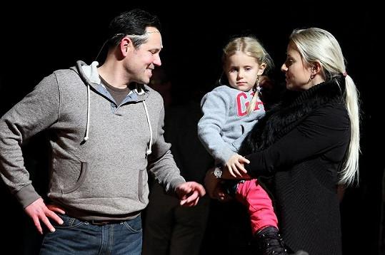 Tereza Mátlová s dcerou a Pavlem Vítkem po posledním představení Bídníků.