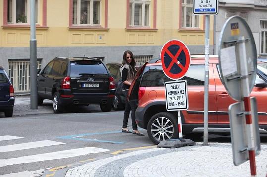 Agáta Hanychová už jezdí Prachařovým autem.