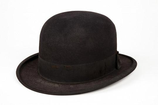Buřinka Charlieho Chaplina se prodala za 2,3 miliónu korun.