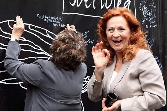 Bohdalová napsala na stěnu kavárny zdravici a vzkaz, že už se těší na svatbu Honzy a Zuzky.