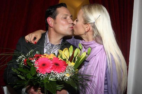 Tereza Mátlová líbá Pavla Vítka.
