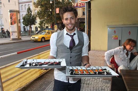 Automobilový závodník sám pracuje v kuchyni a během otevírací party také obsluhoval.