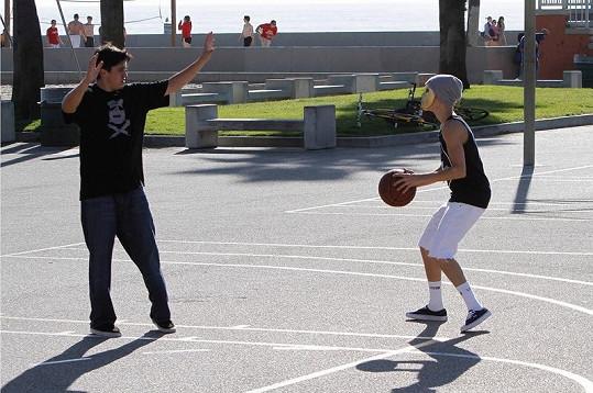 Justinovi se v masce muselo hrát velmi nepříjemně.