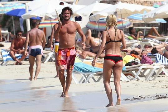 Michelle si užívá sportu na pláži.