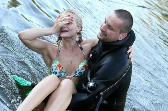 Potápěč vynáší z vody Pazderkovou.