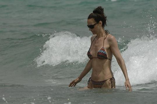 Elizabeth Jagger ve vlnách.