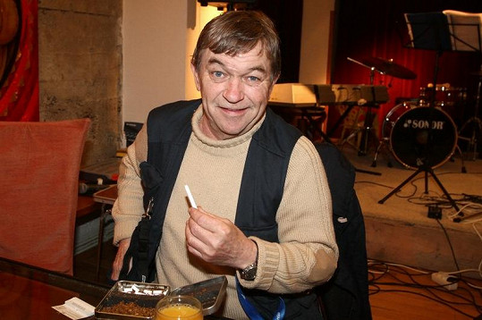 Roman Skamene místo alkoholu pil džus.
