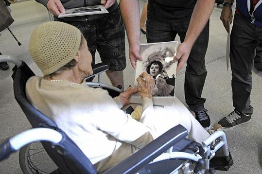 Pamětnice Luisa podepisovala fotografie z doby své největší slávy.