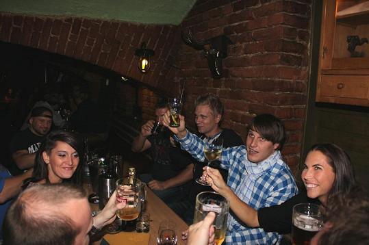 Dopita s přáteli v baru Kozička.