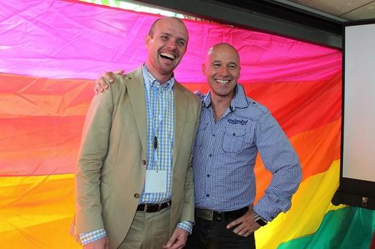 Ředitel festivalu sexuálních menšin Czeslaw Walek a moderátor Jan Musil s duhovou vlajkou.