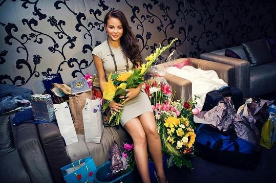 Monika Bagárová s narozeninovými dárky.