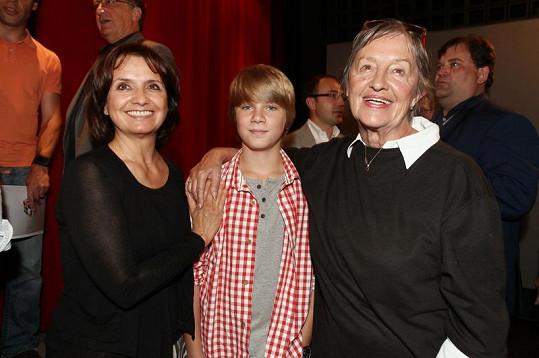 Veronika Freimanová se seriálovým vnukem a tchyní.