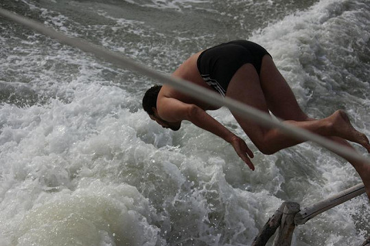 Domenico skáče šipku do moře.