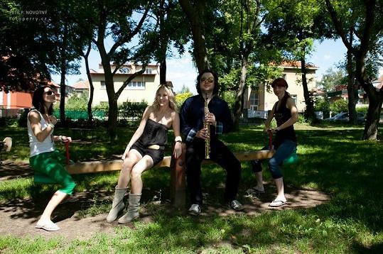 Felix hrál zpěvačkám do ouška.