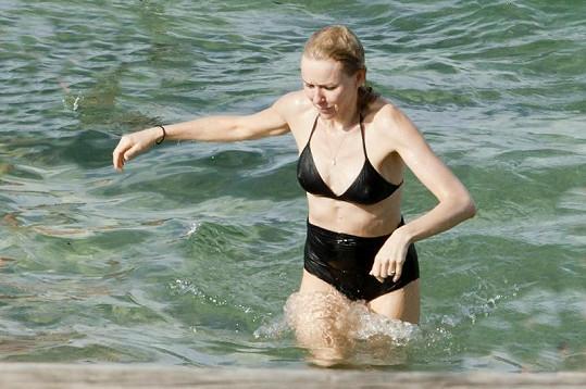 Naomi vyrazila na pláž v bombarďácích.