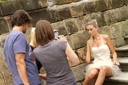 Takhle probíhalo focení Ivety Lutovské. Na fotce fotograf Daniel Zahrádka, vizážistka Lucie Janků a Iveta Lutovská.